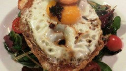Amanida d'espinacs amb enciams variats i ou ferrat