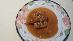 Pastís de peix de roca amb salsa de crancs i llagostí