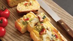 Baguet amb formatge raclet, coberta de cogombre