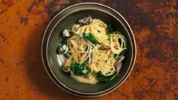 Espaguetis amb múrgoles i espinacs a la crema de mostassa