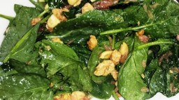 Amanida freda d'espinacs, kiwi i fruits secs