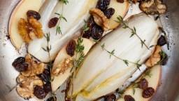 Endívia belga fregida amb pomes i fruits secs