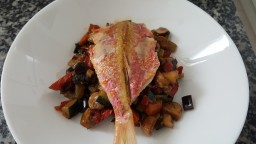 Peix a la planxa amb verdures al wok