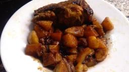 Conill caramel·litzat amb fruits secs i patates