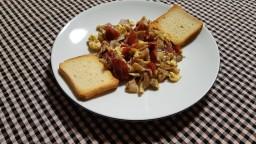 Ous remenats amb gírgoles i pernil salat
