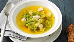 Sopa de safrà amb pollastre i col rissada